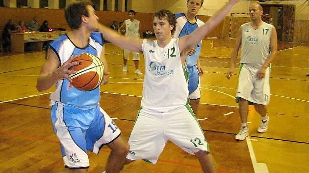 Šumperští basketbalisté (bílé dresy) porazili doma v poháru Jičín