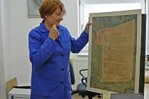 Ředitelka jesenického archivu Bohumila Tinzová ukazuje jeden z předmětů, který dovezla z Německa od původních obyvatel Jesenicka.