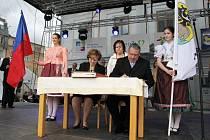 Představitelé Jeseníku a maďarského Kapuváru podepisují přátelskou smlouvu.