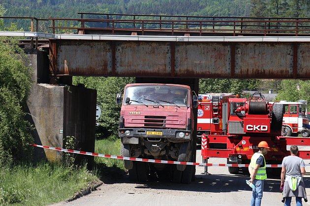 Nehoda nákladního vozu, který narazil korbou do železničního mostu vRudě nad Moravou.