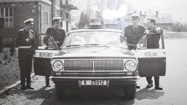 4. DOPRAVNÍ HLÍDKA. Policisté používali také vůz Volha 24. Snímek je zRapotína, vlevo je vidět tehdejší kulturní dům, ještě byl bez omítky.