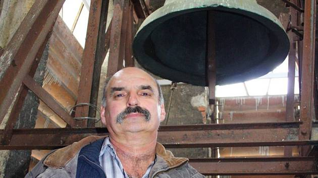 Josef Kubáň spolu s dalšími farníky usiluje o obnovení zvonu ve Vidnavě.