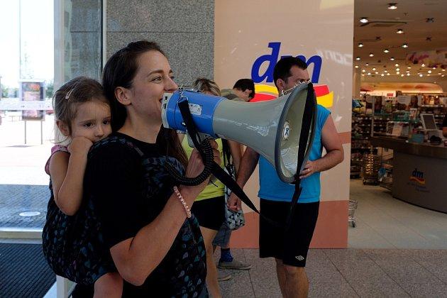 Mluvčí české odnože Rebelie proti vyhynutí Veronika Holcnerová při protestu proti rychlé módě hnutí Rebelie proti vyhynutí vBrně.