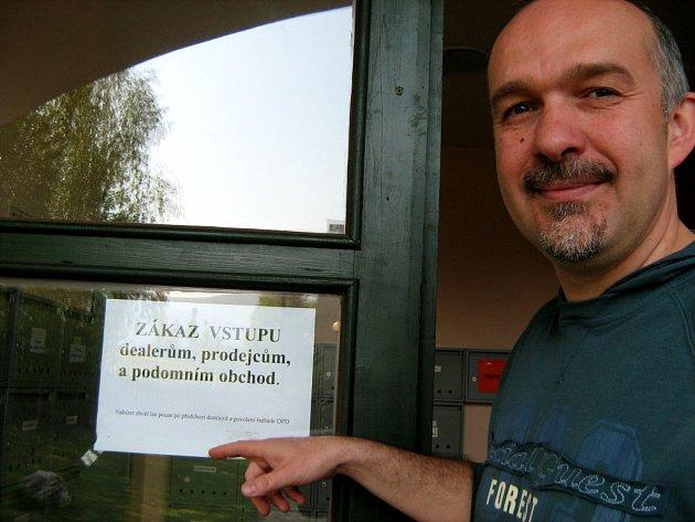 Ředitel penzionu pro seniory v Jeseníku Jan Rotter u dveří, na kterých vyvěsili zákaz vstupu dealerům.