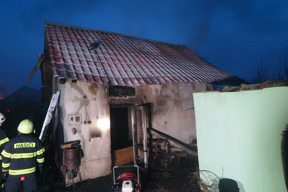Při požáru v Klopině narazili hasiči na krokodýla.