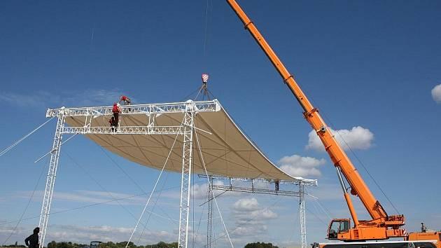 Snímek ze stavby pódia pro papeže na brněnském letišti Tuřany
