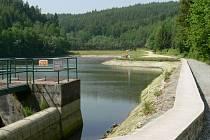 Přehradní nádrž na Bozeňově prochází očistou. Kvůli tomu ji bylo nutné z části vypustit.