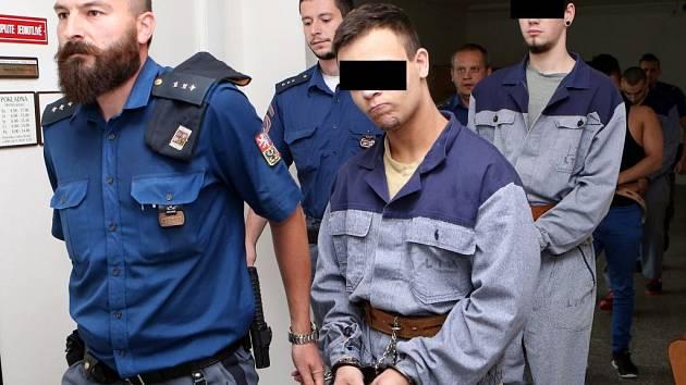 K ústeckému soudu vedou čtyři mladíky, kteří měli plánovat vraždu otce a malé sestry jednoho z nich v domě v Šumperku