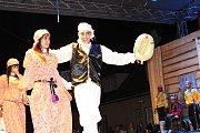 V pátek a v sobotu se na hlavních pořadech Mezinárodního folklorního festivalu v Šumperku představily postupně dvě desítky souborů. Mezi nimi byl i soubor z Alžíru.
