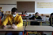 V úterý 12. května se na základní školu Sluneční v Šumperku vrátili po dvouměsíční pauze někteří žáci. Šlo o deváťáky, které za měsíc čekají přijímací zkoušky na střední školy.