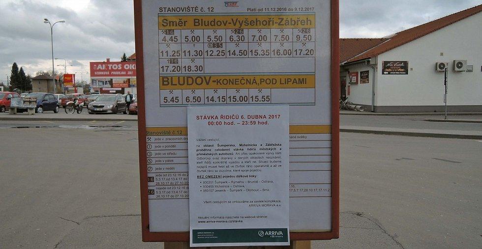 Prázdné autobusové nádraží v Šumperku. Řidiči autobusů stávkují