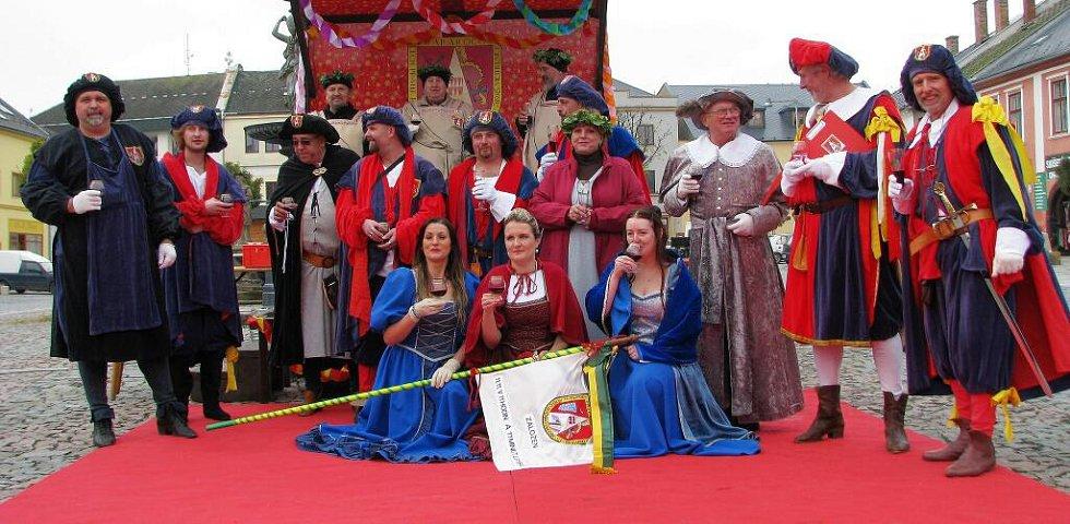 Recesisté z Cechu přátel pátého ročního období v Mohelnici zahájili 11. 11. v 11 hodin a 11 minut novou sezonu plnou veselí, zábavy, radovánek a karnevalů.
