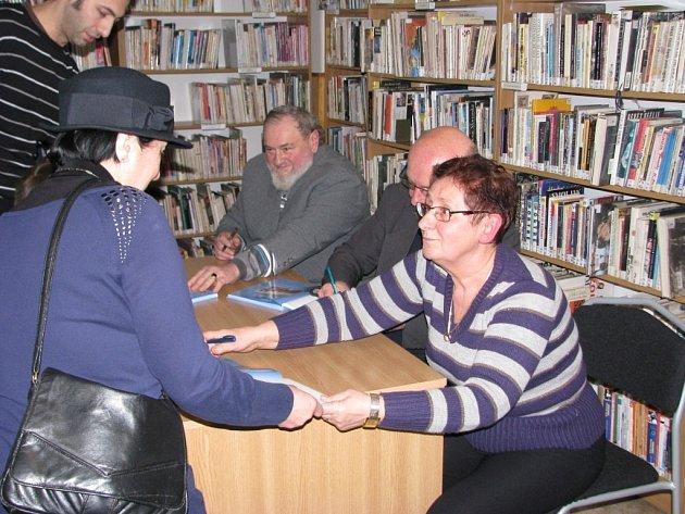 V pondělí 9. prosince trojice autorů Pavel Ševčík, Petr Šmíd a Miloslava Hošková slavnostně představila novou knihu v zábřežské knihovně. Nechyběla ani autogramiáda.