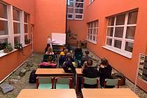 Venkovní učebna v nezastřešeném venkovním atriu školní budovy na Nábřežní ulici v Jeseníku.