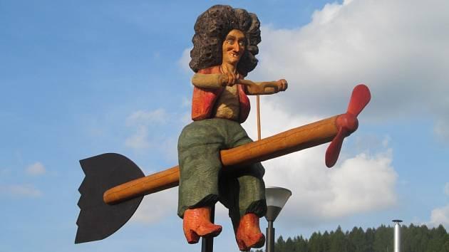Čarodějnice v životní velikosti slouží jako poutač do zábavného areálu v centru Loučné.