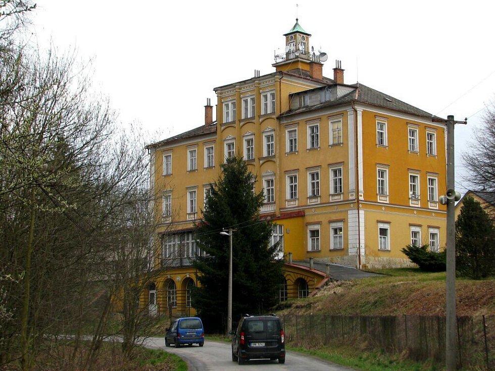 V chátrajícím renesančním zámku na Třemešku u Dolních Studének je dnes ubytovna