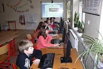 Nejmenší škola v Olomouckém kraji je v Bratrušově, kam chodí třináct žáků. V jedné třídě se učí prvňáci s třeťáky – těch je dohromady pět, ve druhé je osm dětí – druháci, čtvrťáci a páťáci
