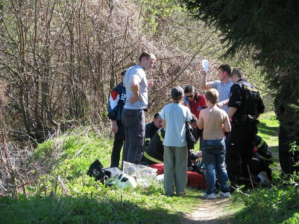 Záchranáři oživují desetiletého chlapce, který se topil v Desné.