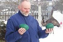 Milan Havlíček na rok starém snímku se pštrosími vejci, vzadu za ním je jeden z nyní rozsápaných pštrosů