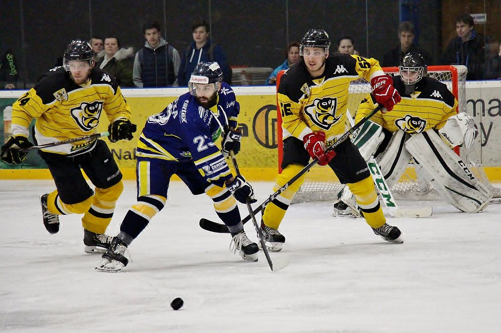 Šumperští Draci (v modrém) prohráli v domácím zápase semifinále play-off s Moravskými Budějovicemi 1:2.