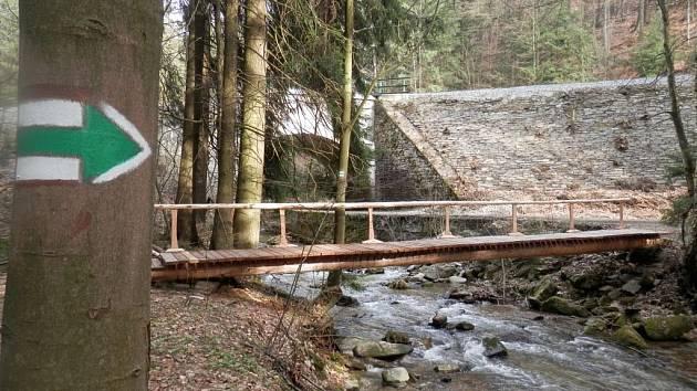 Most na nové turistické trase v okolí Branné.