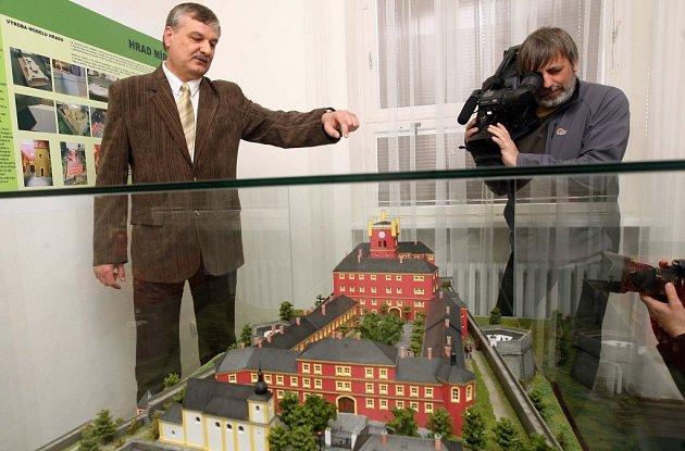 Odsouzení zhotovili model hradu Mírov, kde si odpykávají svůj trest.