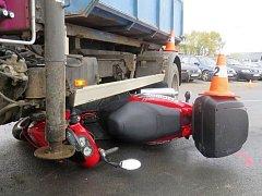 Řidič motocyklu se lehce zranil při dopravní nehodě, která se stala 25. října v Mikulovicích. Přehlédl jej řidič nákladního auta v protisměru, který odbočoval vlevo do areálu firmy.