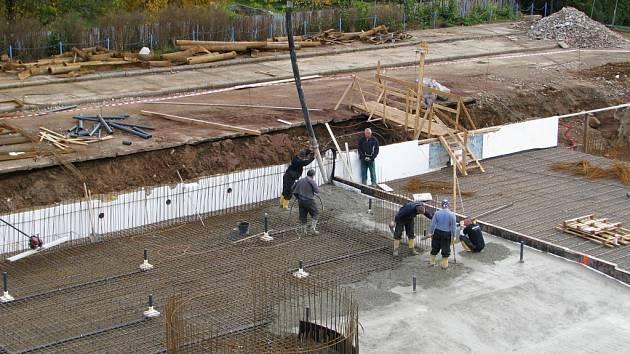 Práce na rekonstrukci venkovního bazénu v Zábřehu zatím běží podle plánu. Dělníci nyní pracují na betonáži dna.