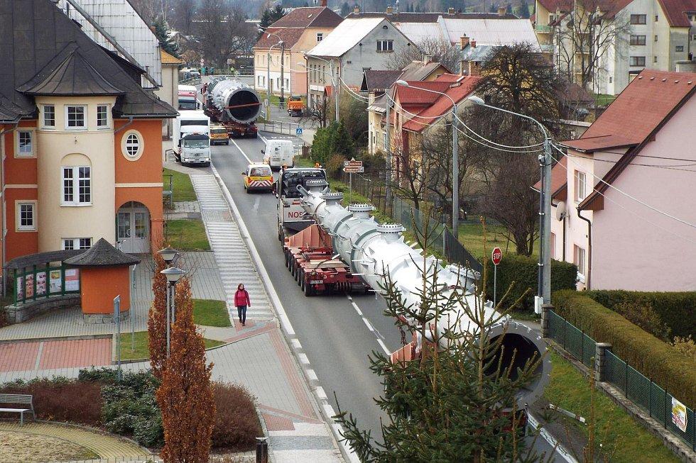 Nadměrný náklad při průjezdu Českou Vsí