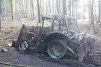 Požár traktoru v lese u Horních Hoštic na Javornicku.