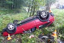 V sobotu ráno zablokoval jesenický obchvat jednačtyřicetiletý řidič nákladního auta MAN s přívěsem, který převážel klády. Při jízdě se naložený přívěs rozhoupal a za křižovatkou u sídla hasičů se převrhnul na bok.