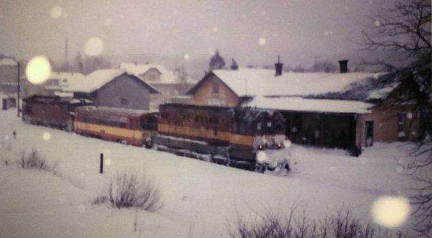 Při sněhových kalamitách táhly motorový vůz do Starého Města dvě lokomotivy.
