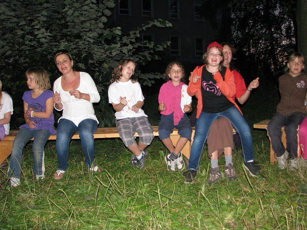 Účastníci příměstského tábora, který upořádal Klub rodičů a přátel 3. základní školy v Šumperku, při závěrečním táboráku