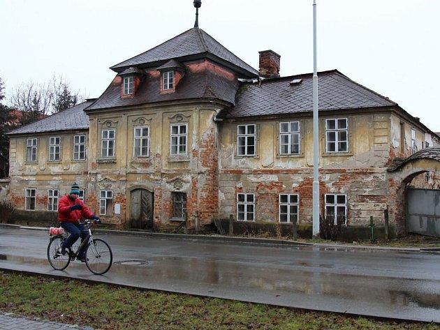 Zchátralá budova bývalé textilní manufaktury na ulici Generála Svobody v Šumperku.