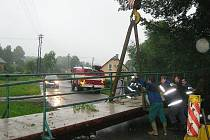 Hasiči vytahují utržený most ve Staré Červené Vodě