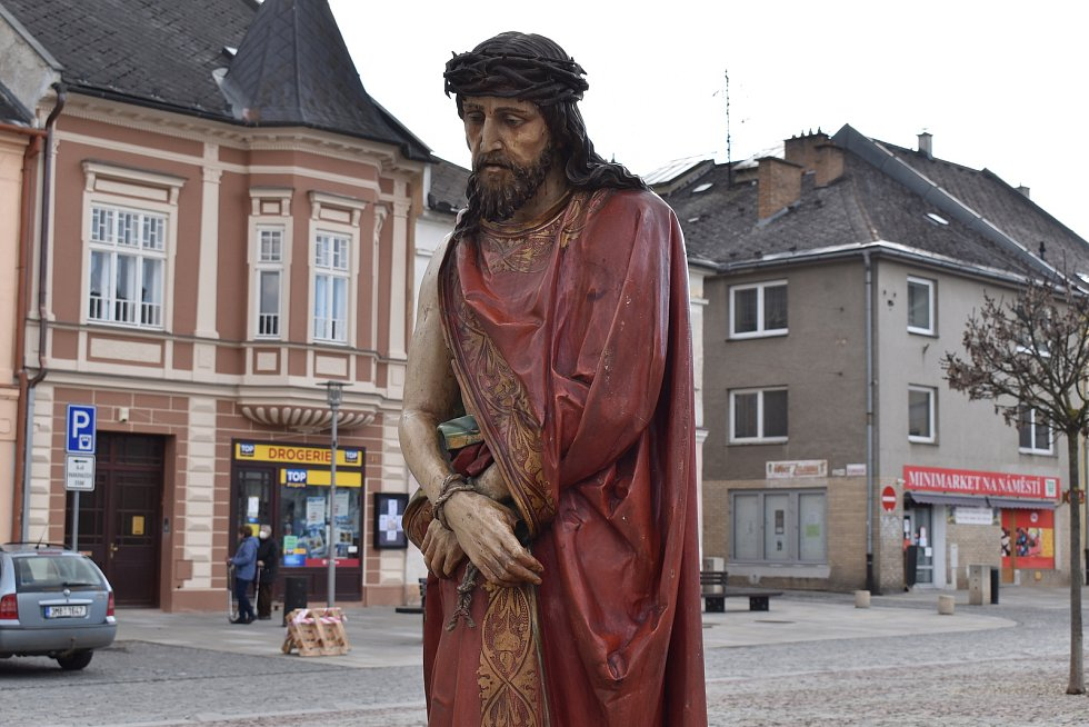 Socha odsouzeného Krista na náměstí v Mohelnici.