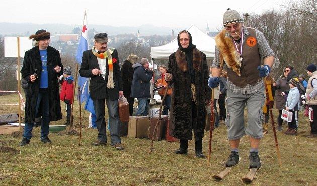 V beranici, s doutníkem v ústech a kufrem v ruce běhali po kopci Humenec v Zábřehu recesisté při Welzlově kufru, který je vzpomínkou na místního rodáka, cestovatele, polárníka a náčelníka Eskymáků Jana Eskymo Welzla.