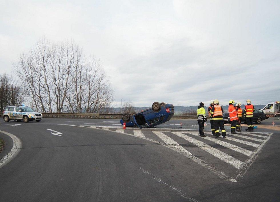 Srážka dvou aut u nájezdu v Zábřehu  - středa 9. 12. 2020