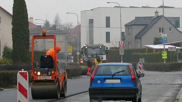 Stavební firma využila oteplení a během dvou dnů položili dělníci nový asfaltový povrch na vyfrézovaných úsecích frekventované Postřelmovské ulice v Zábřehu, která slouží jako výpadovka z centra města na Šumperk a Lesnici.