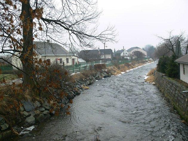 Řeka Desná protéká v Rapotíně souvislou zástavbou. Hrozbu velké vody by mohly snížit protipovodňové stavby v horní části toku.