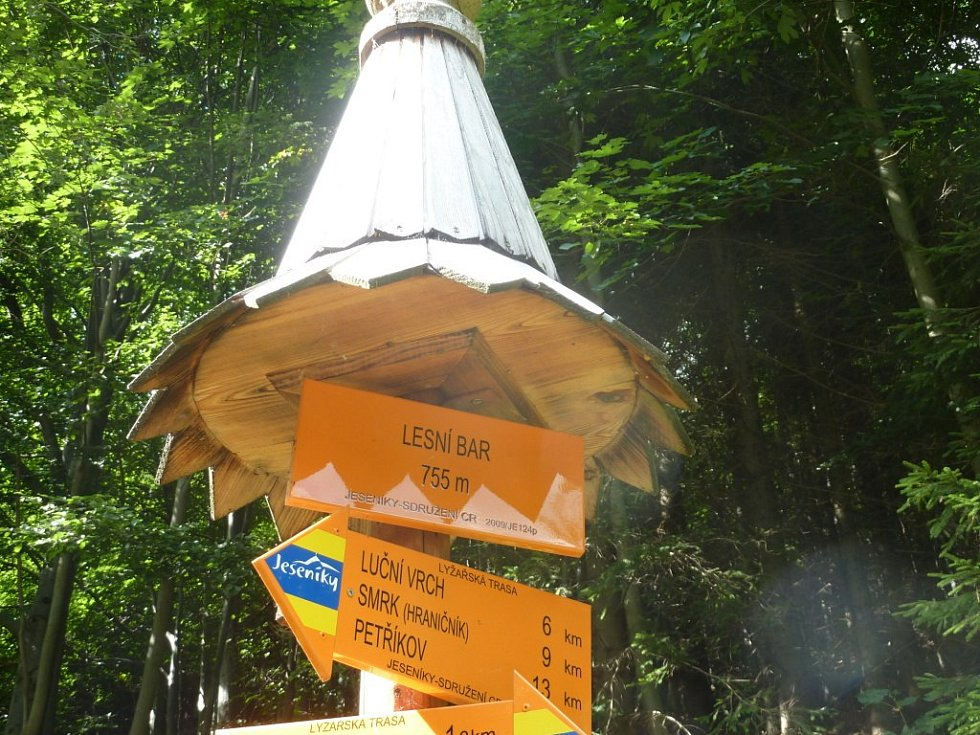 Samoobslužný lesní bar na stezce nad Horní Lipovou v Rychlebech.