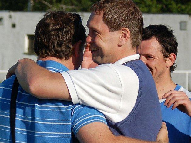 Mohelnice se raduje z postupu do divize, v posledním utkání sezony porazila Leštinu (zelené dresy)