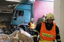 Vážná nehoda kamionu se stala v úterý 4. října před šestou hodinou ráno v Mohelnici. Kamionu sjíždějícímu klesání od Studené Loučky zcela selhaly brzdy, proletěl únikovou zónou a narazil do budovy firmy. Třiapadesátiletý řidič kamionu z Brna se zranil.