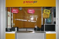 Cestující, kteří jezdí vlaky soukromé společnosti RegioJet, si nově mohu zakoupit jízdenku přímo na nádraží v Zábřehu na Moravě. Pokladna je umístěna ve vestibulu vedle informačního centra Českých drah.