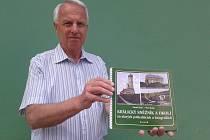 Petr Možný s jednou ze svých publikací.