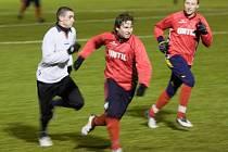 Mohelničtí fotbalisté (bílé dresy) v utkání s Bouzovem