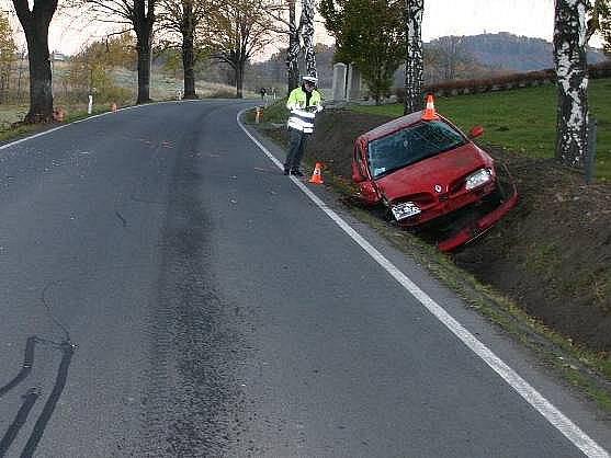 Opilý řidič renaultu utrpěl při nehodě mezi Žulovou a Vápennou jen lehké zranění