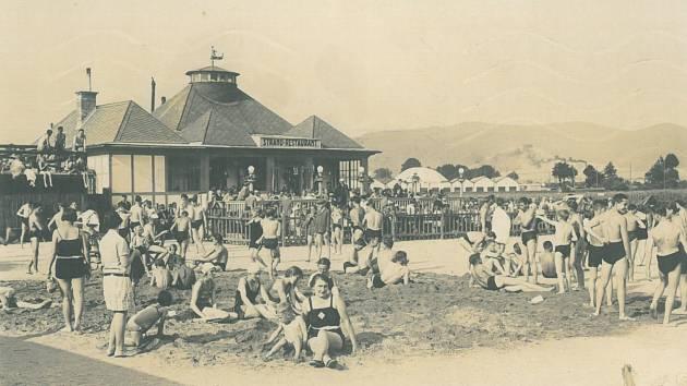 HLAVA NA HLAVĚ. Jak vypadal volný den strávený u vody za první republiky nám přibližuje fotografie zroku 1929.