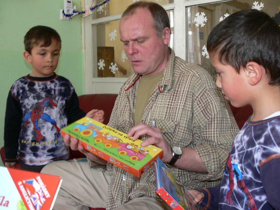 Herec Igor Bareš mezi dětmi z Pavučinky