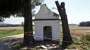 Barokní Kaple Nejsvětější Trojice z druhé poloviny 18. století poškozená stromem. Chráněná státní památka je na cestě z Bludova do Šumperka.